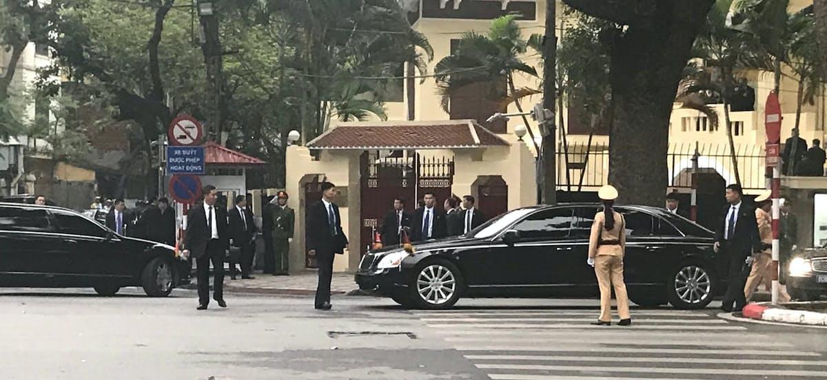 北朝鮮大使館に入る金正恩氏を乗せた車