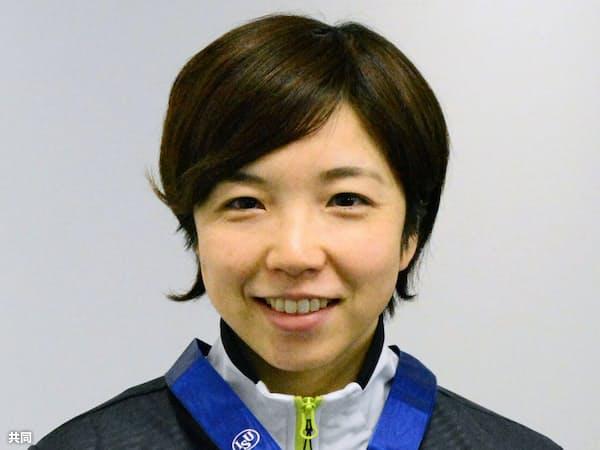 羽田空港に帰国し、世界スプリント選手権で獲得した金メダルを手にするスピードスケート女子の小平奈緒(26日)=共同