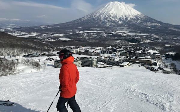 ニセコグラン・ヒラフスキー場の麓にはコンドミニアムが立ち並ぶ。奥は「蝦夷富士」と称される羊蹄山(倶知安町)