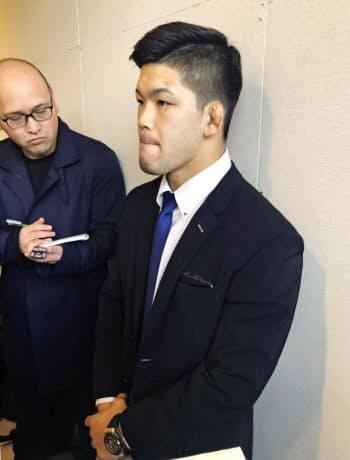 柔道のグランドスラム大会から帰国し、成田空港で取材に応じる大野将平(26日)=共同
