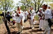 紀伊半島の険しい山岳道を歩く修験者ら(2012年5月、青岸渡寺の高木亮英副住職提供)=共同
