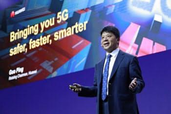 世界最大の携帯関連見本市「MWC19バルセロナ」で講演するファーウェイの郭平副会長兼輪番会長(26日、バルセロナ)