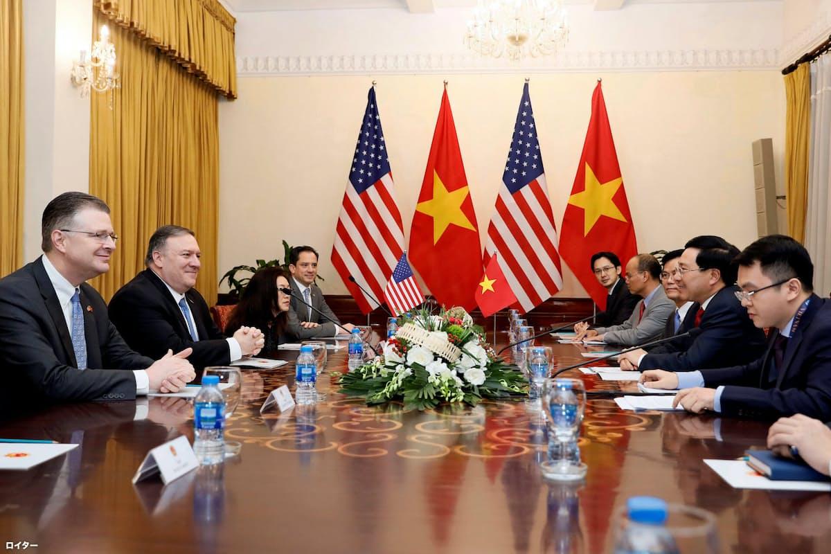 ベトナムのファム・ビン・ミン副首相兼外相(右手前から2人目)と会談するポンペオ米国務長官(左手前から2人目)=ロイター