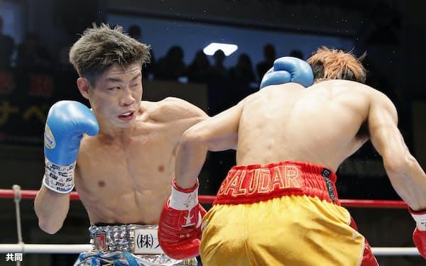 4回、ビック・サルダール(右)を攻める谷口将隆(26日、後楽園ホール)=共同