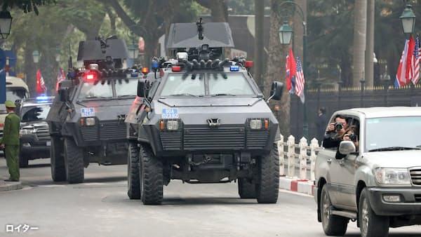 市内に装甲車が配備されるなど、厳戒態勢が敷かれた(26日、ハノイ)=ロイター