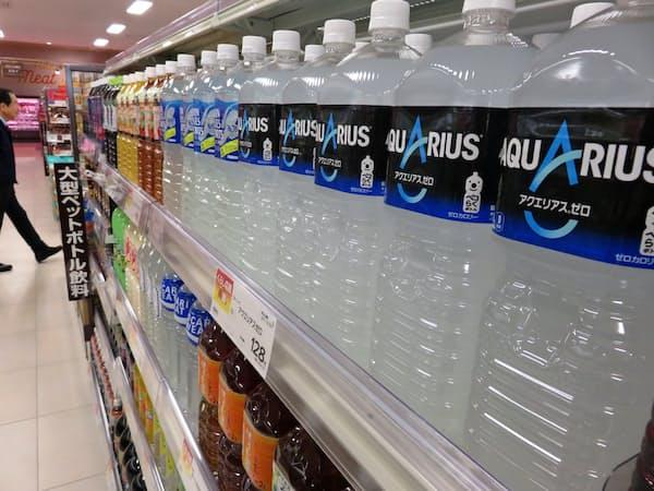 コカ・コーラボトラーズジャパンは大型ペットボトルを値上げする(埼玉県内のスーパー)