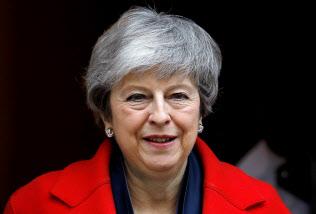 ロンドンの首相官邸を離れるメイ英首相(26日)=ロイター