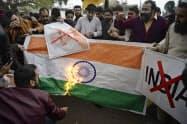 インドの空爆に抗議してインド国旗を燃やすパキスタン市民ら=AP