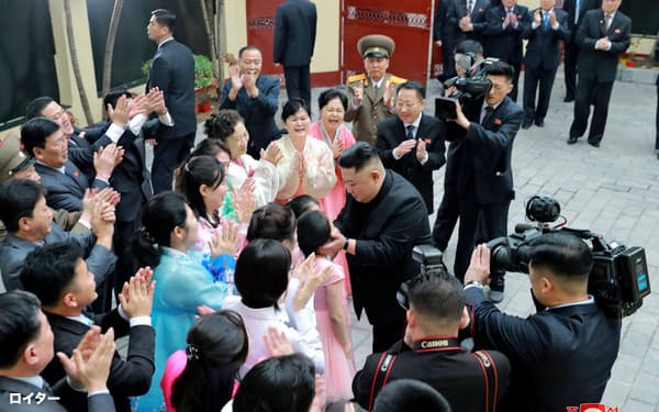 26日にハノイの北朝鮮大使館を訪問した金正恩(キム・ジョンウン)委員長=ロイター