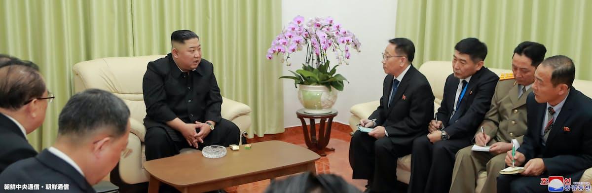 ベトナムの北朝鮮大使館を訪問して大使館員と懇談する金正恩氏(左から3人目)(26日)=朝鮮中央通信・朝鮮通信