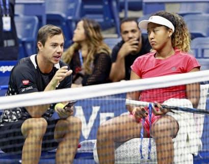 18年の全米オープン決勝を前に、サーシャ・バイン・コーチ(左)と話す大坂なおみ。わずか1年で関係を解消した=共同
