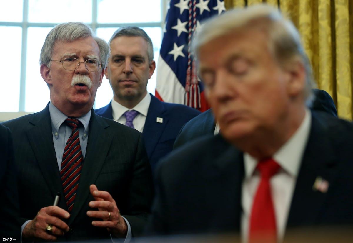 ボルトン米大統領補佐官(左)はベネズエラ情勢への投稿が目立った=ロイター