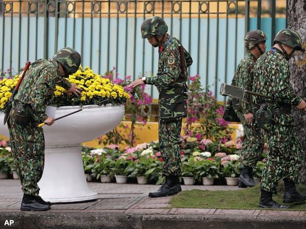 ベトナム首相府の周辺では厳重な警備が行われている=AP