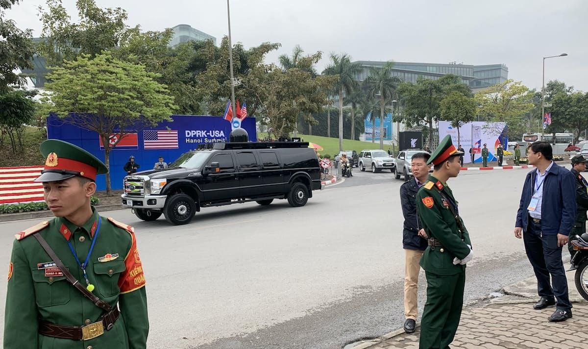 米越首脳会談へ向かうトランプ大統領の車列