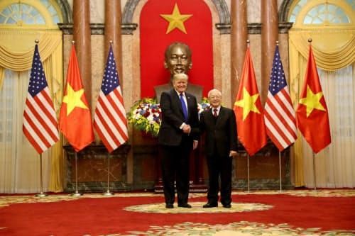 グエン・フー・チョン共産党書記長(右)と握手するトランプ米大統領=ロイター