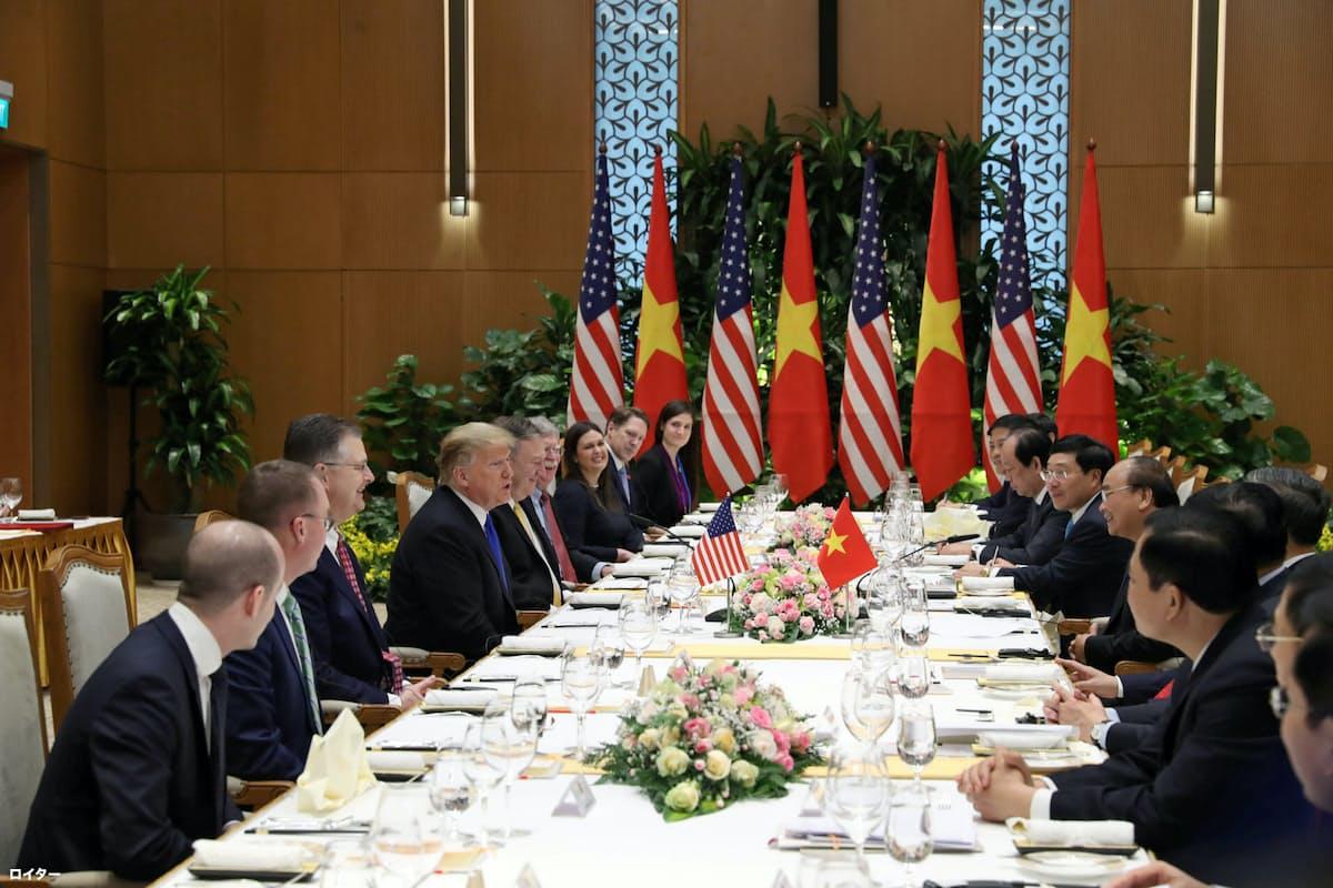 フック首相と昼食を取りながら会談するトランプ米大統領=ロイター
