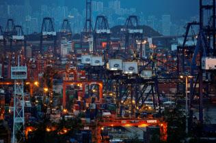 香港経済は貿易戦争の影響で減速している(葵青コンテナターミナル)=ロイター