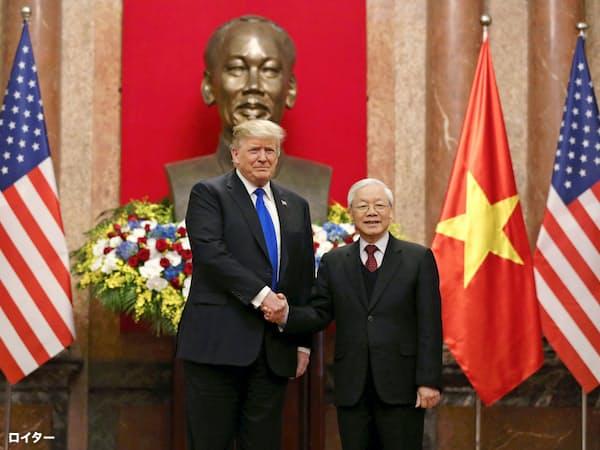 ベトナムのグエン・フー・チョン共産党書記長(右)と握手するトランプ米大統領=ロイター