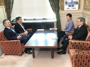 27日に国会内で会談する自民党の森山裕(左奥)、立憲民主党の辻元清美両国対委員長(右奥)