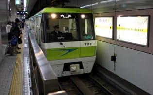 大阪メトロの「リニア地下鉄」。線路の間にリアクションプレートがある(大阪市鶴見区の鶴見緑地駅)