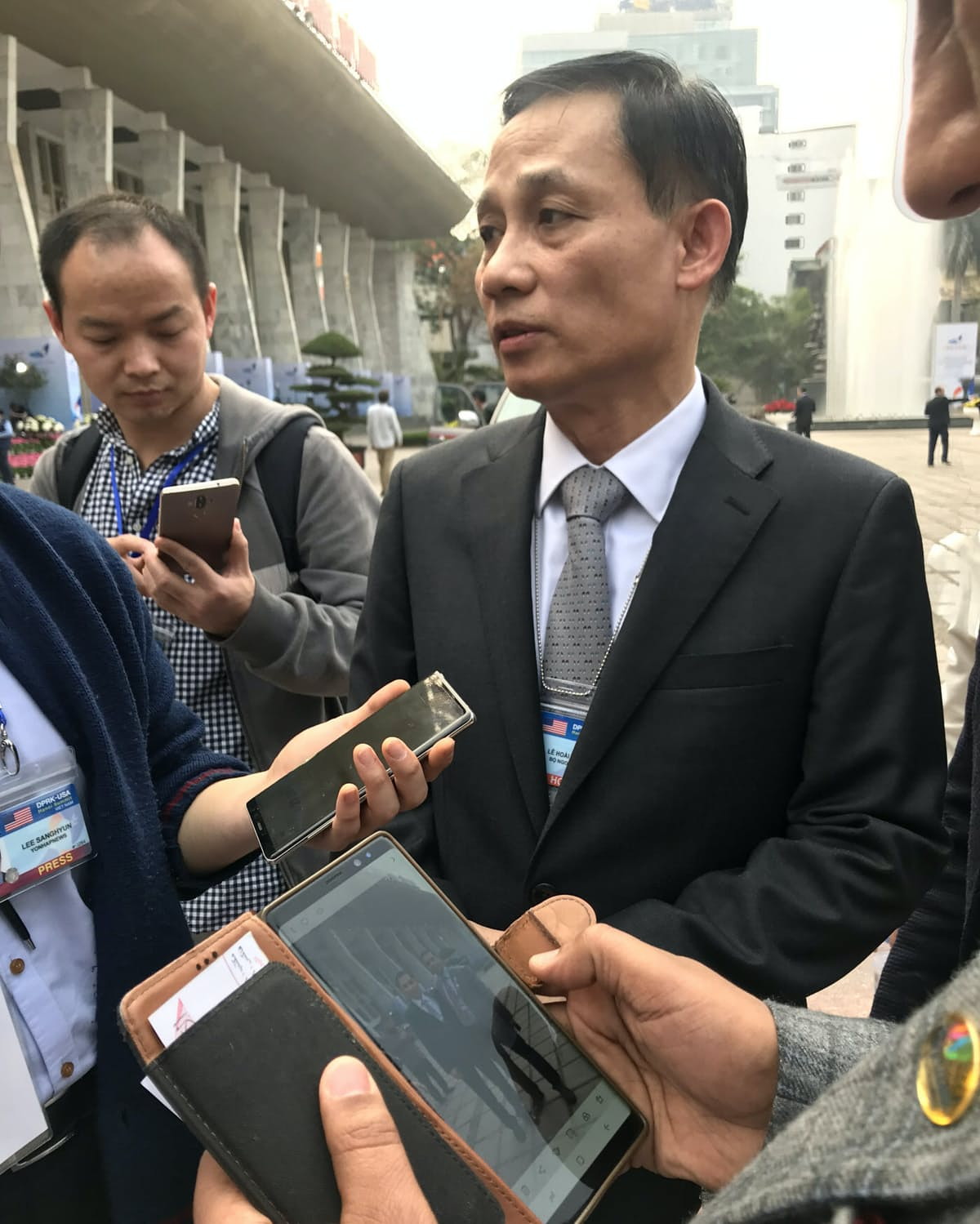 報道陣の取材に応じるベトナムのレ・ホアイ・チュン外務副大臣