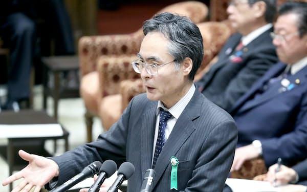 衆院予算委で答弁する厚労省の姉崎元統計情報部長(2月22日)