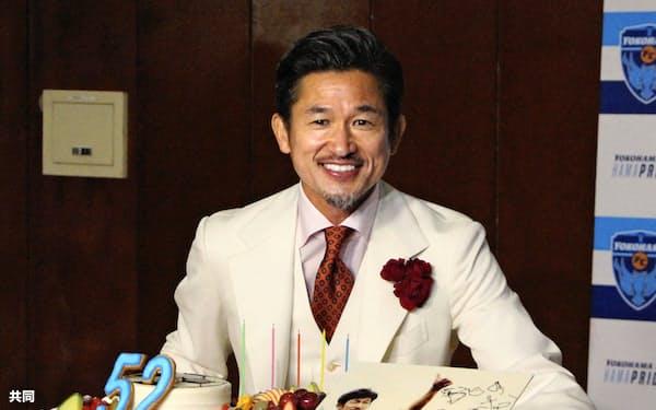 贈られたケーキの前で笑顔を見せる横浜FCの三浦知良選手(27日、横浜市)=共同