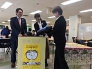社員食堂に学生服の回収ボックスを設置した(27日、高松市)