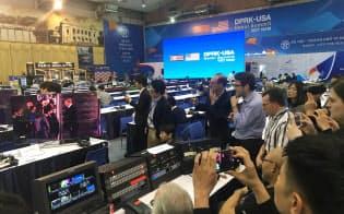 トランプ米大統領のハノイ到着の生中継を見ようと集まった各国の報道陣