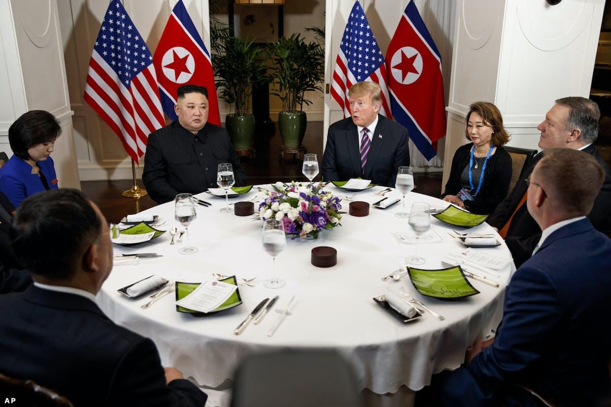 夕食会、円卓で隣り合って
