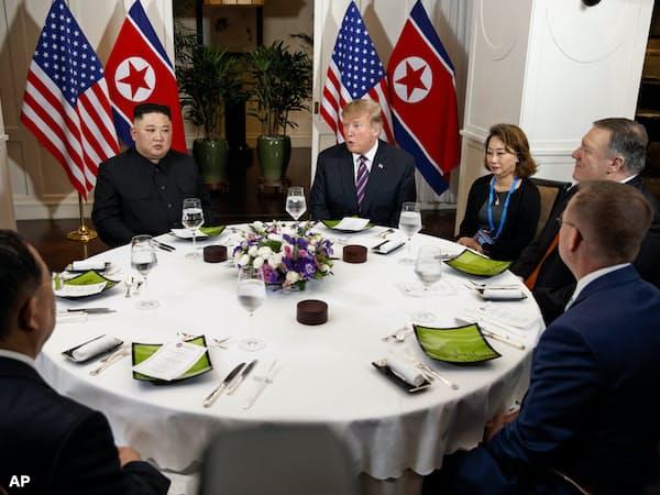 夕食会は両首脳と限られた人たちがテーブルを囲んだ=AP