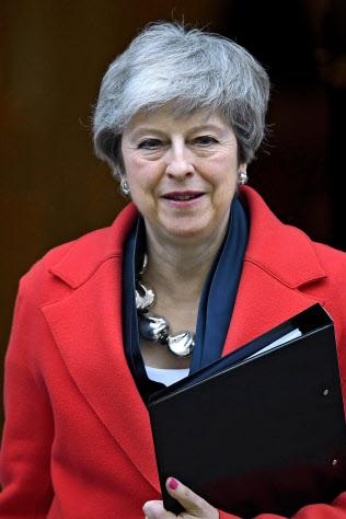 ロンドンの英首相官邸を後にするメイ首相(26日、ゲッティ=共同)