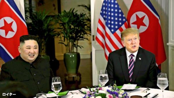 27日、夕食をともにするトランプ米大統領(右)と北朝鮮の金正恩委員長(ハノイ)=ロイター
