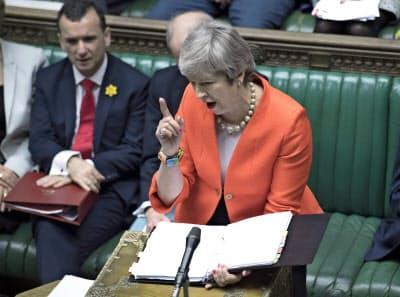 27日、英議会で発言するメイ首相=AP