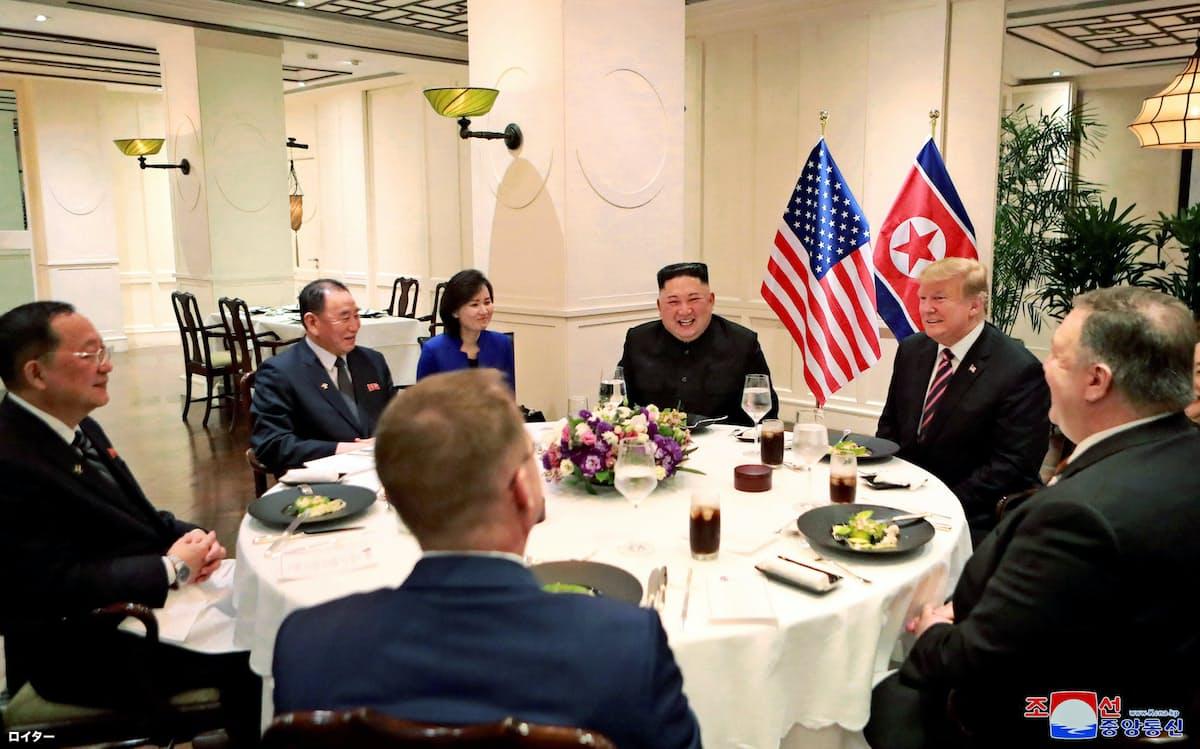 夕食会は両首脳と限られた人たちがテーブルを囲んだ=朝鮮中央通信・ロイター