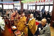大阪市の統国寺で行われた「奉還式」(27日午後)=共同