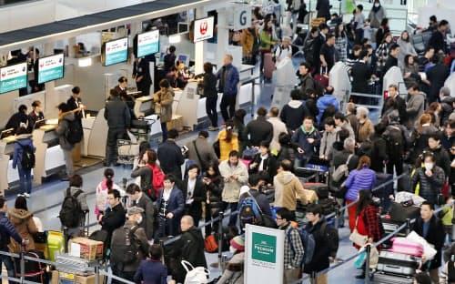 国外に向かう人たちで混雑する羽田空港の国際線出発ロビー