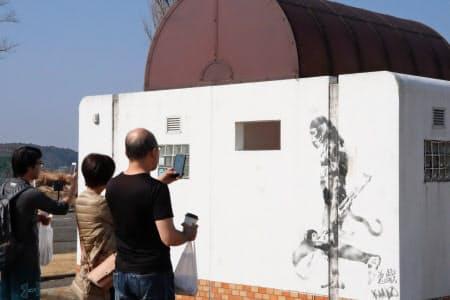 バンクシーと噂される落書きを見ようと、双子公園には連日多くの見物客が訪れる(千葉県印西市)