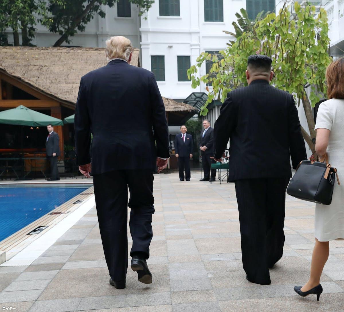 1対1の会談を終えた両首脳はプールサイドを歩いて拡大会合へ向かった=ロイター