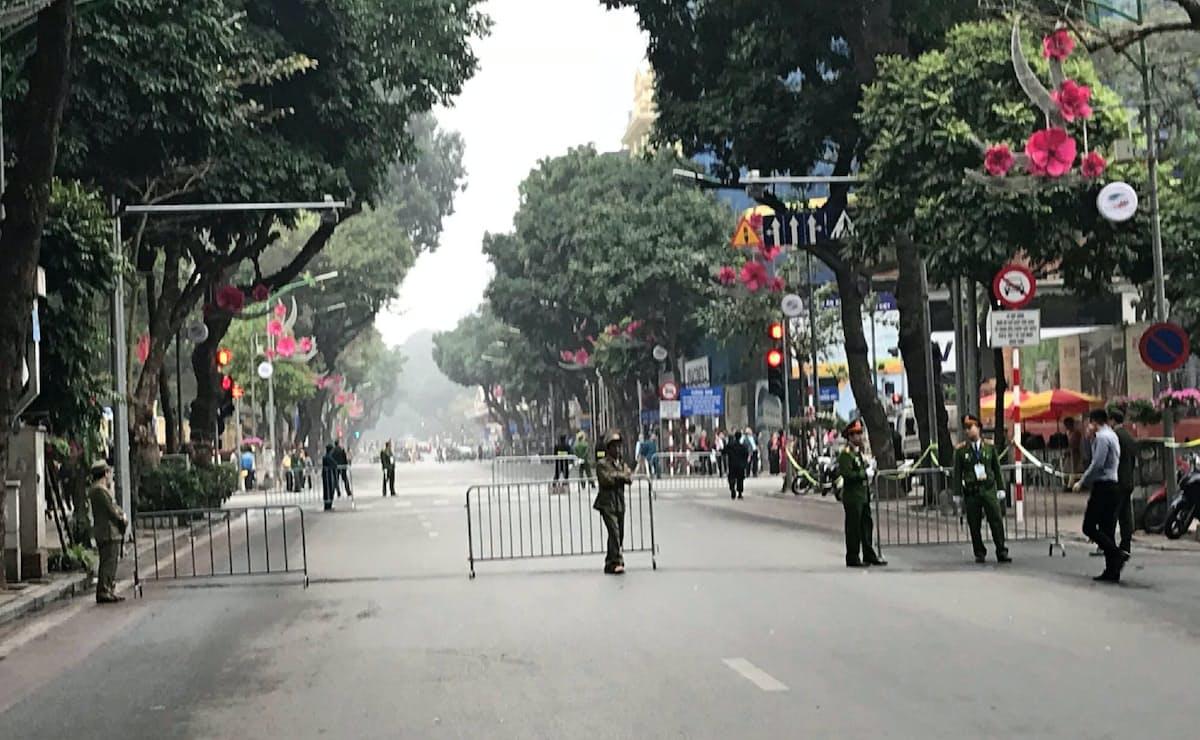 ホテルに通じる道路は封鎖が続く