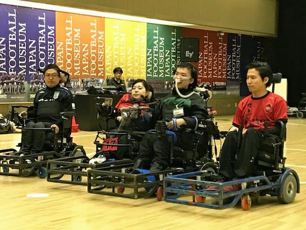 電動車椅子サッカーの選手たちが会場で実演してくれた