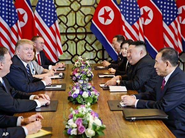 米朝首脳会談の拡大会合に臨むトランプ米大統領(左から3人目)と北朝鮮の金正恩朝鮮労働党委員長(右から2人目)ら(28日、ハノイ)=AP