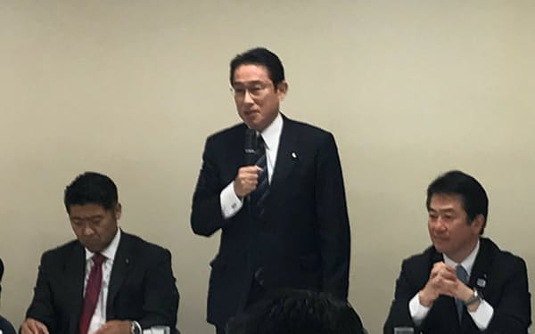 GAFA対策の取りまとめを指示する岸田政調会長(8日、東京・永田町)