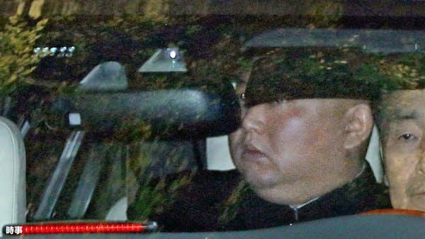 不機嫌そうな表情で、米朝首脳会談が行われていたホテルを出る北朝鮮の金正恩委員長(28日、ハノイ)=時事