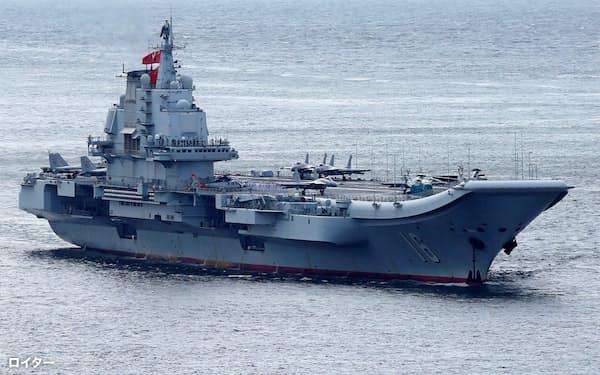 中国は海軍力を強化している(17年7月、香港に向かう中国空母「遼寧」)=ロイター