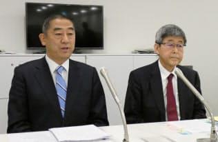 新社長に就任する水島氏(左)と戸田社長(28日、東京都千代田区)