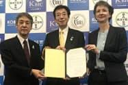 会見に出席したバイエル薬品のハイケ・プリンツ社長(右)と神戸市の久元喜造市長(中)ら(28日、神戸市)