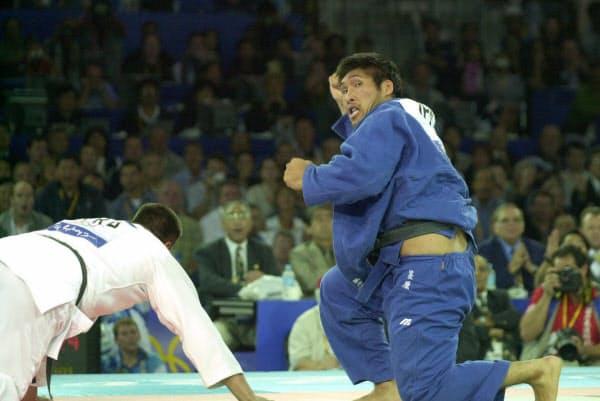 男子柔道100キロ超級の決勝で内また透かしを決めた後、振り返って審判を見る篠原(2000年9月22日、シドニー)