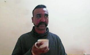 拘束したインド空軍兵士とパキスタン側が主張する映像=パキスタン軍提供・AP