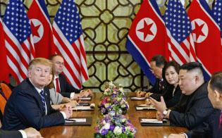 米朝首脳会談の拡大会合に臨むトランプ米大統領(左)と北朝鮮の金正恩朝鮮労働党委員長(右)ら(28日、ハノイ)=AP
